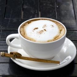 Bebida cappuccino quente ou tipo smoothie