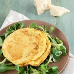 Omelete rica em proteínas queijo batatas