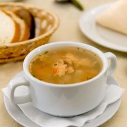 Sopa rica em proteínas de vaca cebola e massas tipo aletria