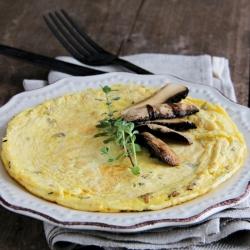 Omelete rica em proteínas com cogumelos cèpes