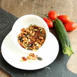 Mistura de sementes aperitivas salgadas e grilhadas com tomates e curgetes